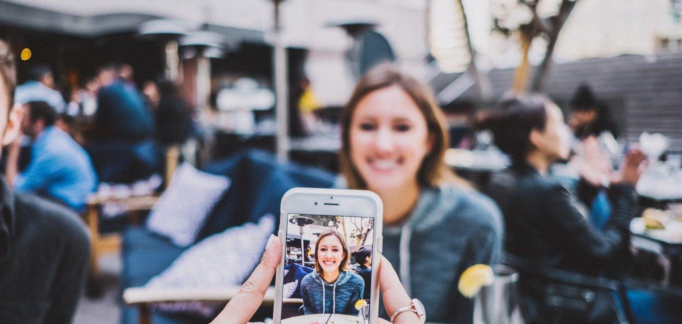 Filmare o fotografare persone sconosciute è un reato?